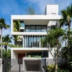 Ngôi nhà có vẻ đẹp an yên với những bức tường phủ đầy cây xanh giữa lòng Sài Gòn ồn ã